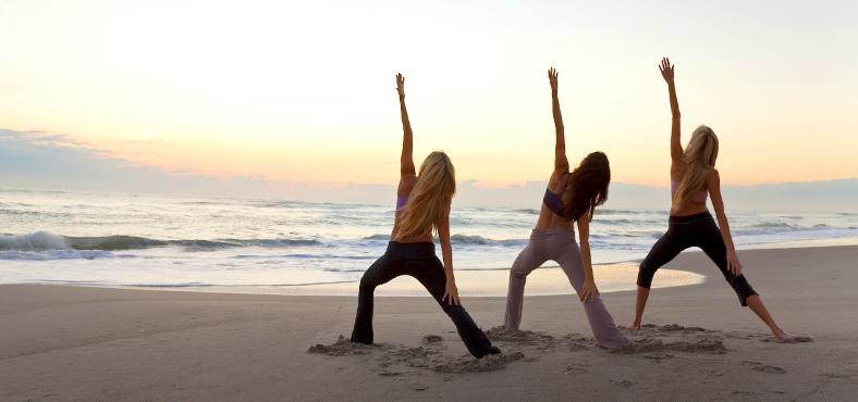 Todas las recomendaciones para practicar yoga en la playa